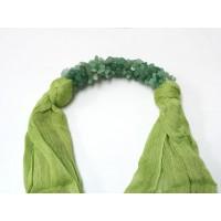 ผ้าพันคอสีเขียวประดับด้วยหินหยก