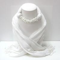 ผ้าพันคอสีขาวประดับด้วหินสีขาว