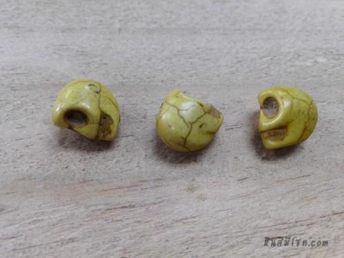 หินฮาวไลท์หัวกระโหลกสีเหลือง